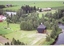 Flygbild över Pannukirkko och prästgården i Kärsämäki