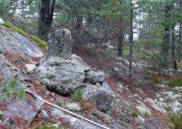 Typiskt gränsmärke i sluttningsläge som påträffades under utredningen, ingick i gräns som varit aktiv efter 1850 och klassades som Övrig kulturhistorisk lämning.