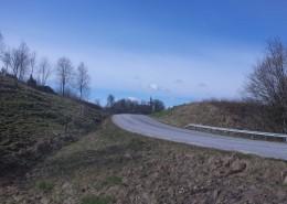 Det kuperade älvdalslandskapet och väg 928 vid Krokstads kyrka.