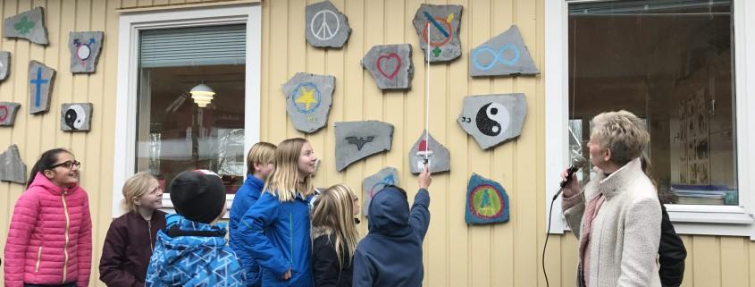 Alla elever i 4-5an fick peka på sin stenristning och berätta om den.